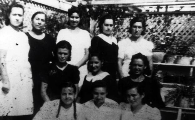 En la imagen, once mujeres encarceladas se toman una fotografía en grupo.