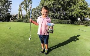 'Juanito', el pequeño golfista malagueño al que felicitan los campeones