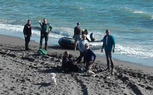 Dos fallecidos en una patera de migrantes magrebíes que alcanzó la playa de Chilches