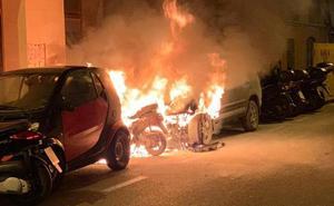 Aparatoso incendio de un coche y una moto en la calle Vendeja