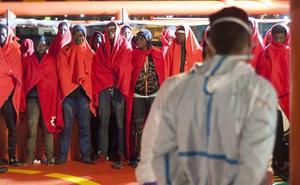 Trasladan a Málaga a 139 inmigrantes rescatados en Alborán