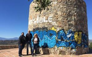 Zorrilla y Ramos se encaraman a la torre del Atabal y piden mejoras
