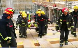 Bomberos evacuan a un trabajador en una obra de Martiricos