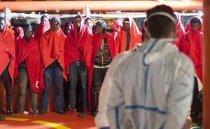 Rescatan a doce hombres a bordo de dos nuevas pateras localizadas en el mar de Alborán