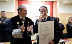 González de Lara recibe la Medalla de Honor del Colegio de Abogados de Málaga