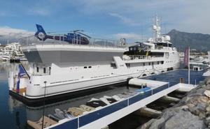 Atraca en Banús un yate dotado de helicóptero y submarino que se utiliza para travesías charter