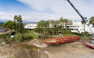 Instalan un puente en arroyo Antón que unirá cinco kilómetros de senda