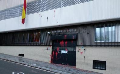 Arran ataca con pintura una comisaría de la Policía Nacional