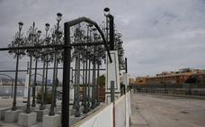 El Ayuntamiento almacena en Cortijo de Torres las farolas de la Alameda