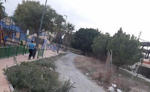 Denuncian el deterioro de un parque infantil en Campanillas y la suciedad de su entorno