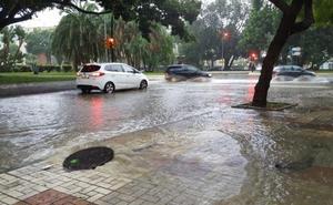 Las intensas lluvias dejan más de 50 litros por metro cuadrado y provocan sesenta incidencias