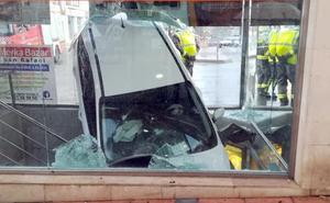 Un coche se empotra contra la entrada de un parking en Ronda
