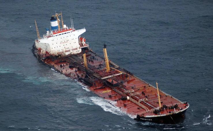 Se cumplen 16 años del naufragio del Prestige, «el mayor desastre ecológico de España»
