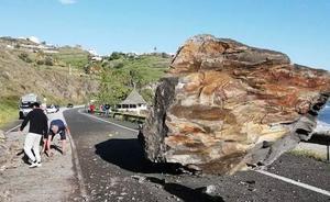 La caída de una roca de cinco toneladas obliga a cortar la N-340 entre Torrox y Nerja