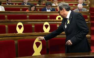 El PSC y los comunes votan con los independentistas para no prohibir los lazos amarillos