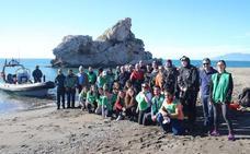 Más de 40 voluntarios participan en la restauración del ecosistema en el Peñón del Cuervo