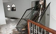 Un desprendimiento de tierra y rocas obliga a desalojar seis viviendas en Torrox