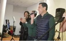 Juanma Moreno muestra sus dotes como cantante en Torremolinos