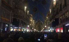 Málaga ilumina la Navidad con miles de personas en el centro