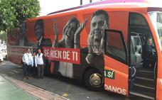 El autobús de Ciudadanos con la imagen de Puigdemont y Sánchez llega hoy a Málaga