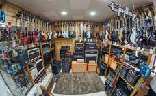 Las tiendas de instrumentos de Málaga se transforman para competir con los gigantes digitales
