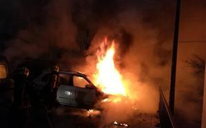 Varios vehículos afectados durante un incendio en la barriada de La Palma
