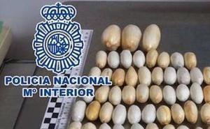 Detenido en el aeropuerto de Málaga un hombre con 54 bolas de cocaína en su organismo