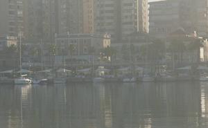 El taró cubre con una densa niebla el Centro y el litoral de Málaga
