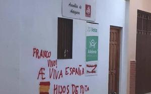 Aparecen pintadas alusivas a Franco en la fachada de la sede de IU en Antequera