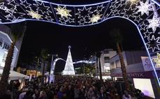 Así es la iluminación navideña en Torremolinos en la peatonalizada Plaza Costa del Sol