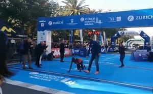 Vídeo | Cae a pocos metros de la meta y pierde el podio: la dramática escena del Maratón de Málaga