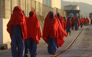 Siete menores y 37 mujeres, entre los casi 200 migrantes trasladados al puerto de Málaga