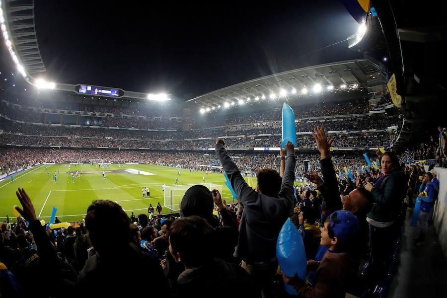 Las aficiones de River y Boca llenan de color el Santiago Bernabéu