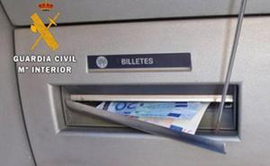Una banda 'limpia' 30.000 euros en cajeros de Málaga y Granada con la estafa del 'lazo libanés'