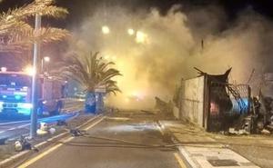 Bomberos tardan seis horas en sofocar un incendio en una parcela donde se acumulaban materiales en Nerja