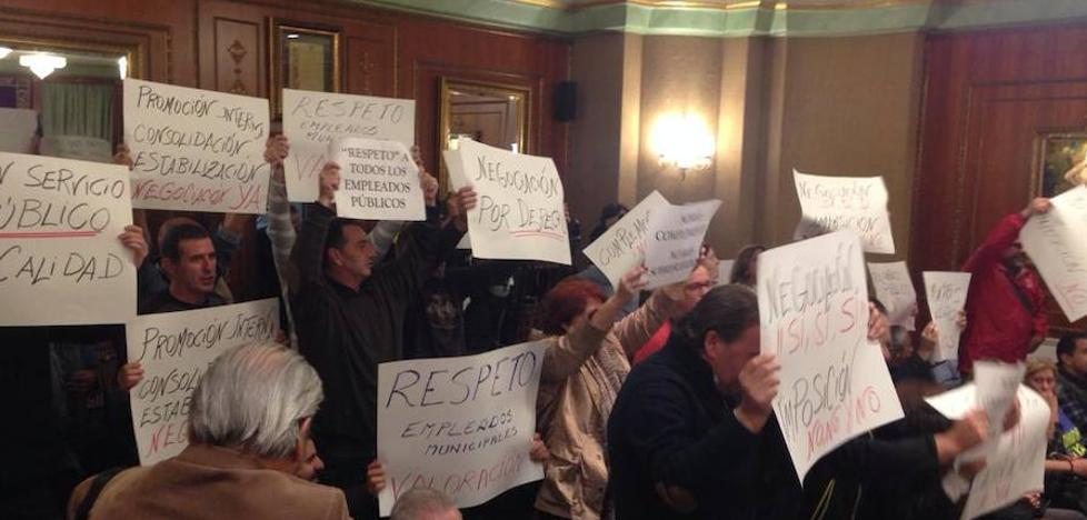 Las protestas de los sindicatos en el Pleno de Marbella fuerzan una negociación sobre los complementos salariales