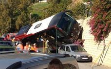 Varios heridos tras la espectacular caída de un autobús por un desnivel de cinco metros en Álora