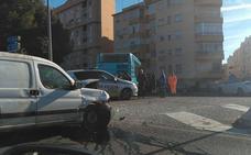 Accidente entre un turismo y un autobús de la EMT en Carlinda