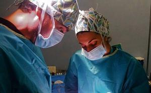 Dos hermanas malagueñas ponen color a los gorros de quirófano