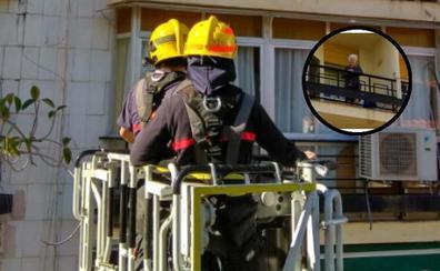 Rescatan en Fuente Olletas a una anciana atrapada en su terraza