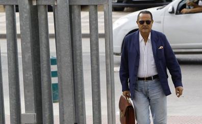 Julián Muñoz se vuelve a sentar en el banquillo por contratos irregulares