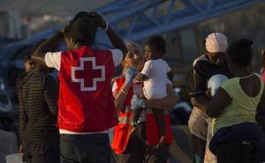 Trasladan al puerto de Málaga a 104 migrantes y un cadáver hallados en el Mar de Alborán