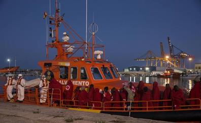 Trasladan al puerto de Málaga a 113 migrantes rescatados en aguas del Mar de Alborán