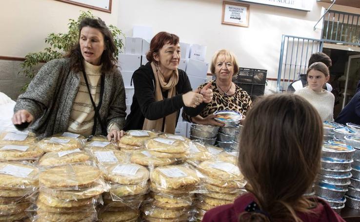 Un año los Ángeles Malagueños de la Noche reparten alimentos para que nadie se que quede sin Nochebuena