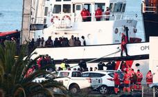 El buque 'Open Arms' llega a Algeciras con más de 300 inmigrantes, casi la mitad menores