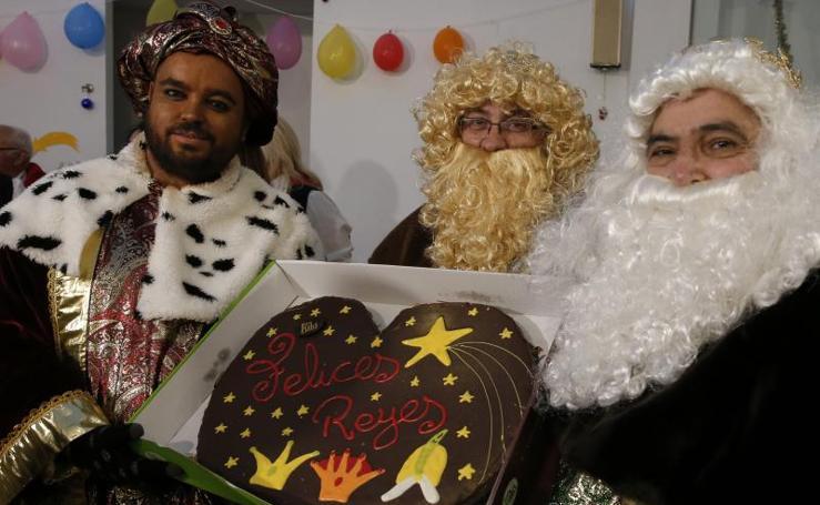 Los Reyes Magos reparten regalos a niños en riesgo de exclusión social y a ancianos que viven solos