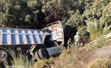 Herido el conductor de un camión tras caer por un desnivel de unos cuatro metros en Ronda
