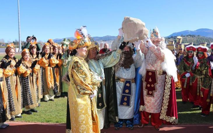 Cientos de niños reciben a sus Majestades en la Ciudad Deportiva de Ronda