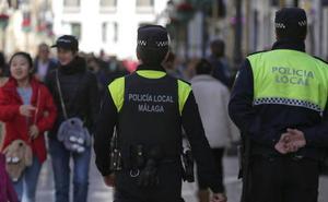El Ayuntamiento de Málaga tarda cuatro años en completar el reparto de chalecos a los policías locales