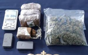 La policía sorprende a un hombre cuando se disponía a vender droga a unos jóvenes en Marbella